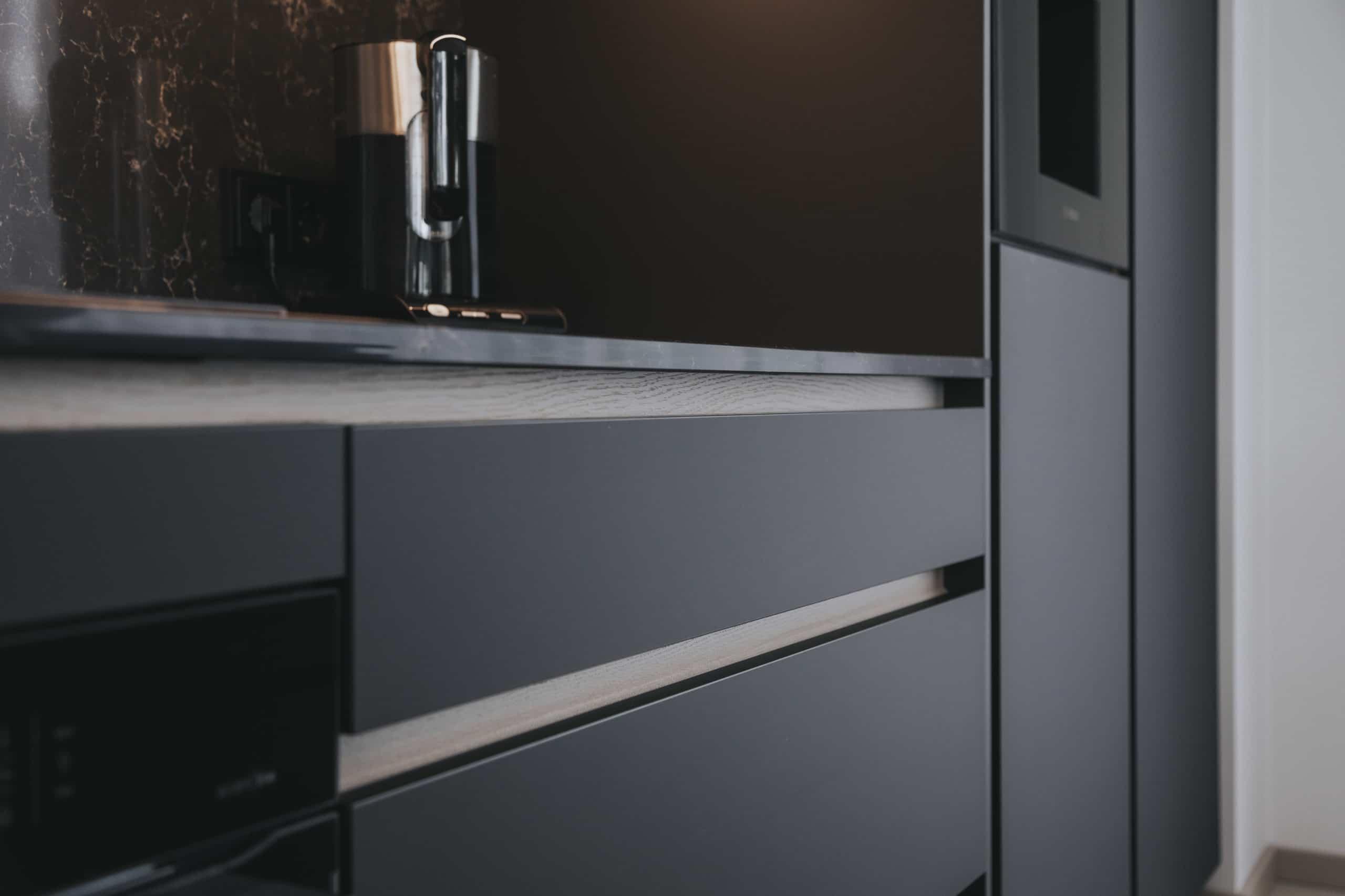 Melnā krāsa virtuves dizainā – īslaicīga modes tendence vai jaunā klasika?